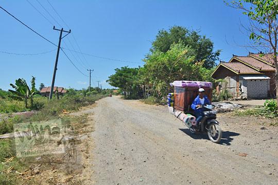 jalan raya rusak di desa sekaroh lombok