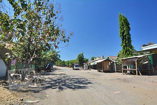 pemukiman di pinggir jalan desa sekaroh lombok