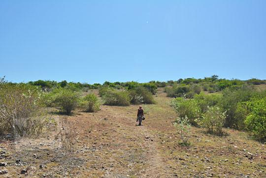 wanita berjalan di padang rumput tanjung ringgit