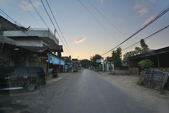 suasana pagi sepi di kawasan hotel pantai kuta lombok