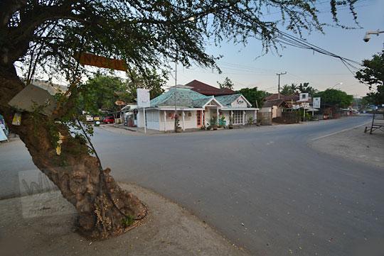 suasana pagi sepi di kawasan restoran pantai kuta lombok