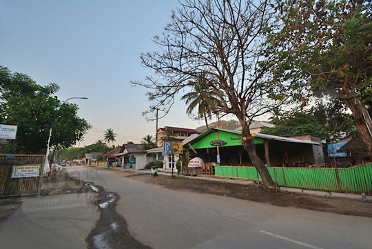 suasana pagi sepi di kawasan pasar pantai kuta lombok