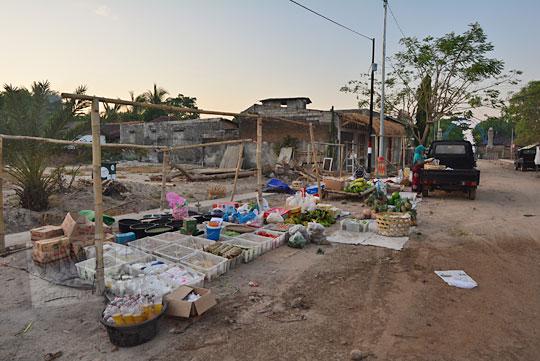 pedagang pasar tradisional di sekitar pantai kuta lombok sedang menata dagangan