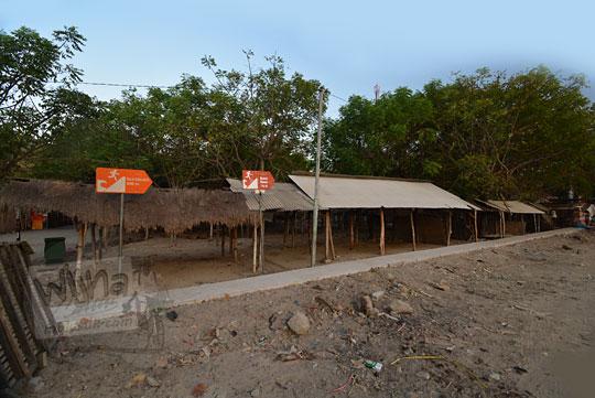 bangunan kios pasar tradisional di kawasan pantai kuta lombok