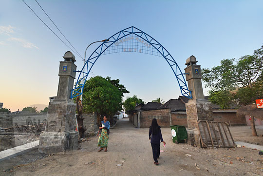 gerbang dermaga rakyat di pantai kuta lombok