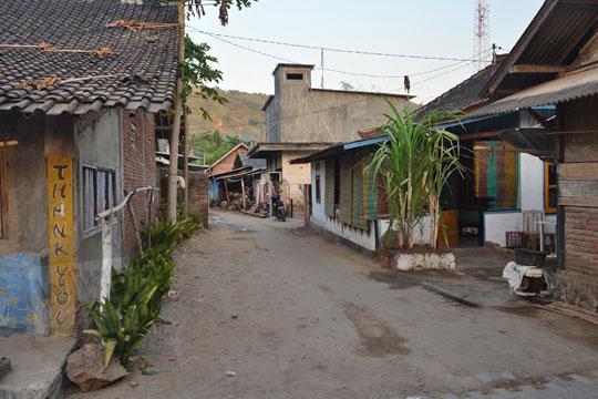 suasana rumah warga di dekat pantai kuta lombok