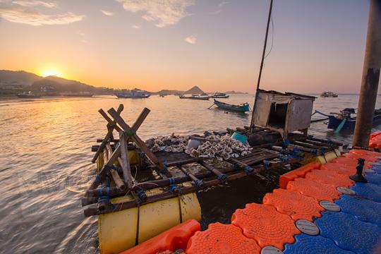 perahu nelayan di dermaga rakyat pantai kuta lombok