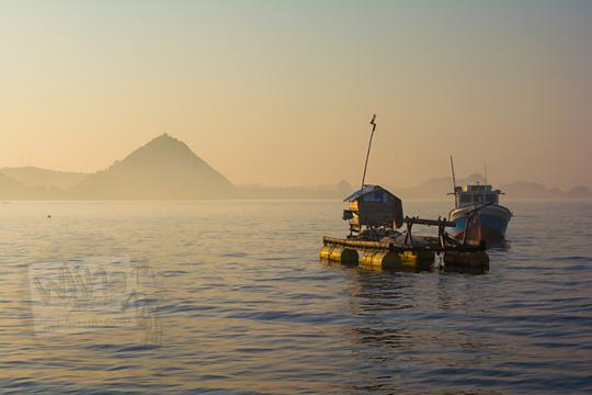 rumah apung laut di kawasan dermaga rakyat pantai kuta lombok
