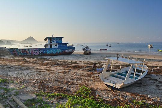 dua kapal bersandar di bibir pantai kuta lombok