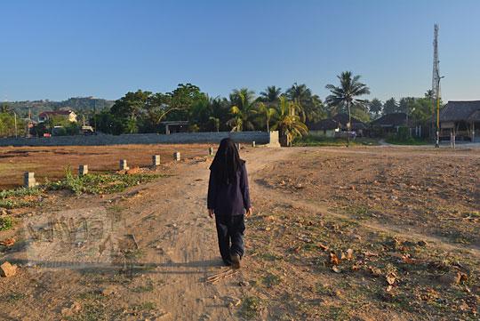 wanita berjalan kaki di pantai kuta lombok