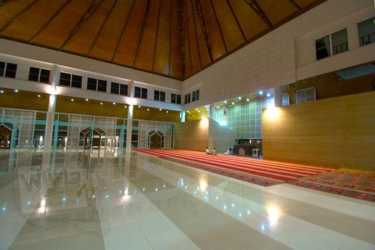 suasana dalam masjid nurul bilad mandalika