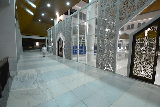 selasar luar masjid nurul bilad mandalika