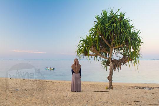 wanita berdiri pohon pantai kuta lombok