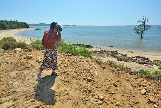 wanita memotret teluk awang lombok
