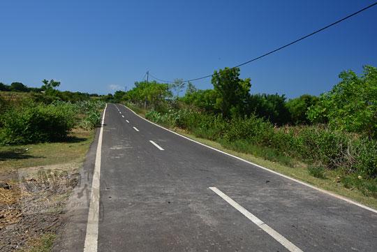 jalan aspal yang lebar dan mulus di lombok timur