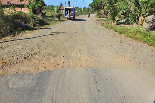 ujung jalan aspal di dekat masjid desa sekaroh jerowaru