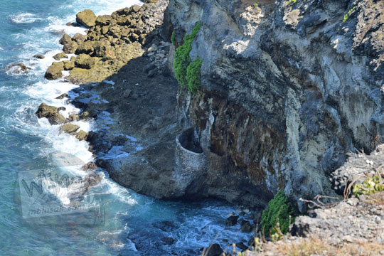 sumur air tawar di dasar tebing tanjung ringgit