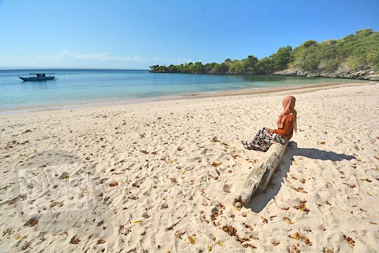 wanita duduk pantai pink lombok