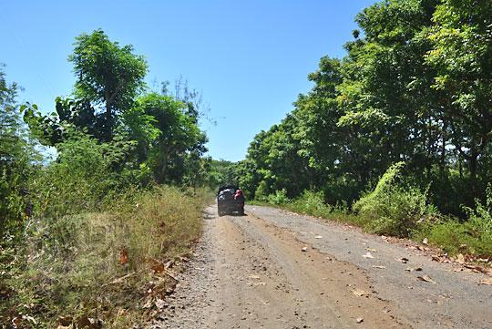 jalan rusak di jerowaru lombok timur menuju tanjung ringgit