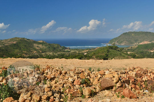pemandangan indah pantai kuta lombok dari ketinggian bukit