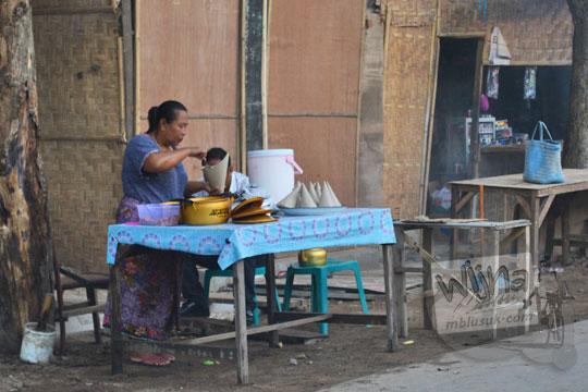 ibu penjual nasi campur pantai kuta lombok
