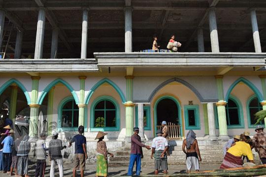 warga mataram gotong royong membangun masjid