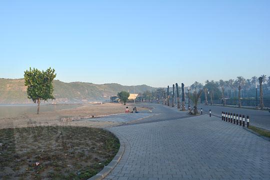 suasana pagi sepi pantai kuta mandalika