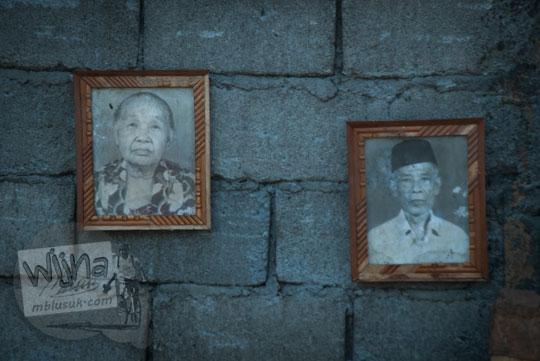 foto kakek nenek di salah satu lapak pigura sagan