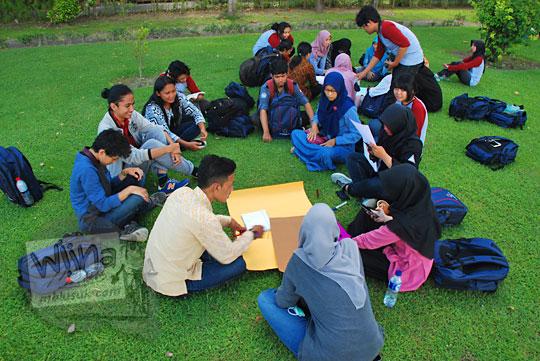 sejumlah mahasiswa sedang berdiskusi mengenai pelestarian dan perawatan benda cagar budaya dan purbakala di kompleks candi sambisari