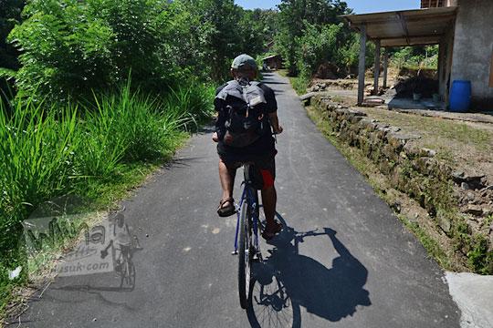 pria bersepeda ke bukit teletubbies prambanan