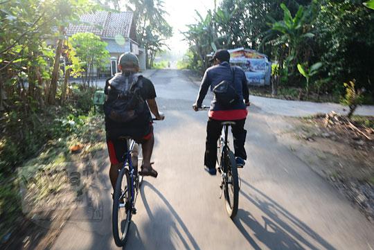 dua pria bersepeda