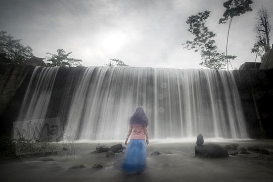 wanita depan grojogan dam watupurba