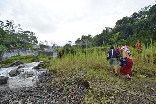 jalan ke tepi sungai dam watupurba