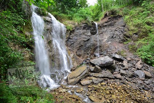 batu besar longsor dan tebing runtuh di lokasi air terjun kembar mayang atau curug ngedok di kaligesing purworejo