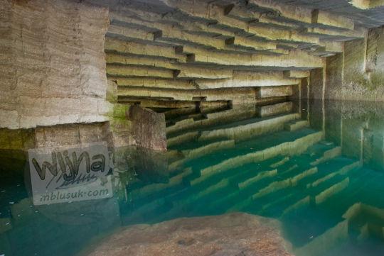 refleksi pantulan air genangan kolam gua permoni