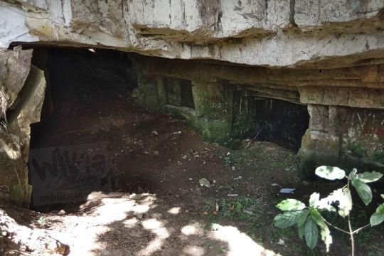 suasana di dalam gua permoni ketika kering tidak ada kolam