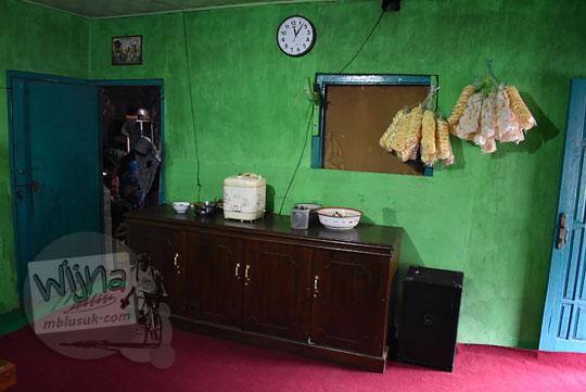 ruang tamu warung makan sederhana dusun kalilembu wonosobo