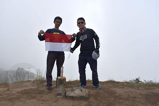 dua pendaki pria foto bersama puncak gunung prau