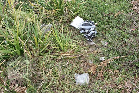 sampah plastik berserakan di bukit teletubbies gunung prau