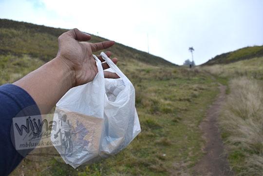 pendaki mengumpulkan sampah plastik bukit teletubbies gunung prau
