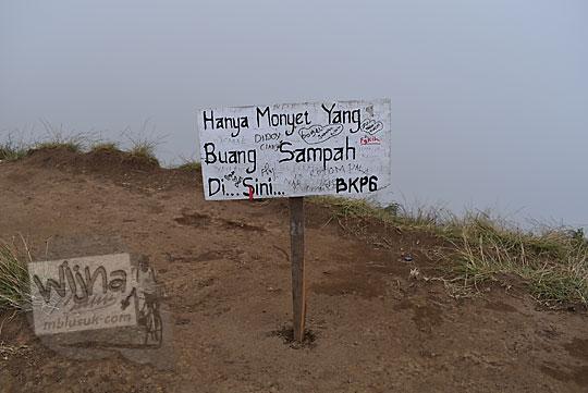 papan larangan buang sampah khusus monyet puncak gunung prau