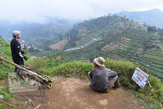 pendaki berbincang dengan warga petani di jalur pendakian gunung prau kalilembu
