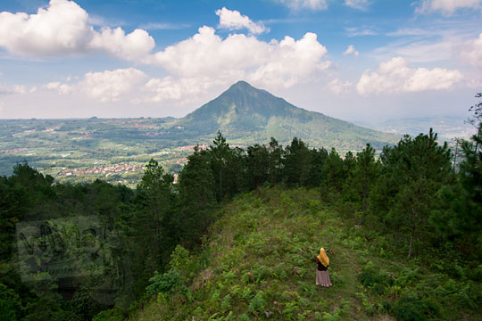 panorama gunung andong dilihat dari point view sunrise gunung telomoyo