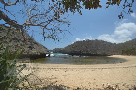 hamparan pasir putih pantai bercak pacitan