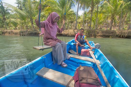 wanita mencoba naik ayunan sungai cokel pacitan