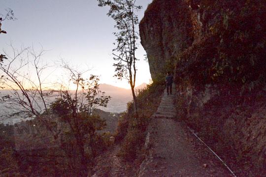 jalan setapak menuju ujung bukit gondopurowangi sunrise borobudur
