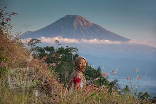 wanita duduk latar gunung sumbing bukit gondopurowangi kenalan borobudur magelang