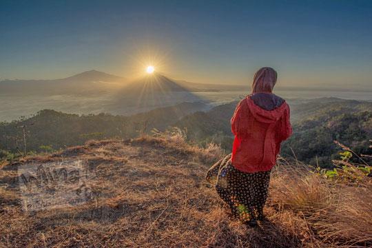 wanita menunggu matahari terbit bukit gondopurowangi kenalan borobudur magelang