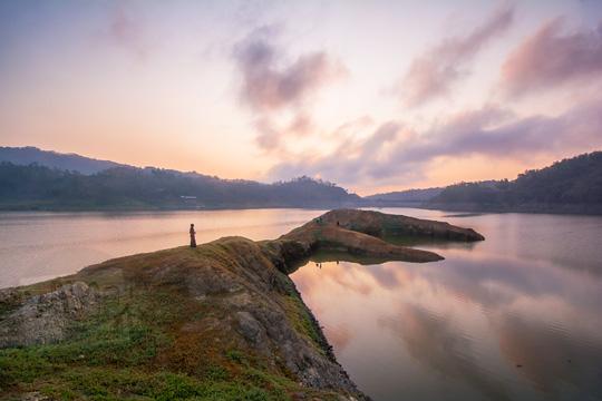 pemandangan matahari terbit sunrise di taman bambu air waduk sermo kulon progo