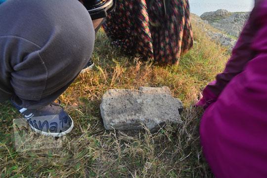 batu nisan di taman bambu air waduk sermo kulon progo